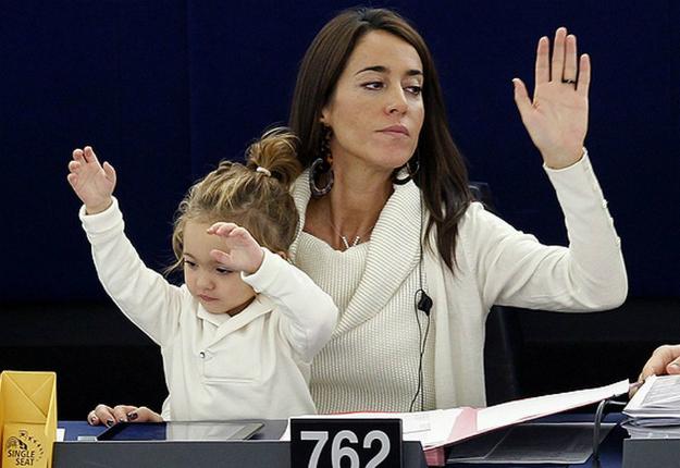 Licia Ronzulli olasz képviselő munka közben az Európai Parlamentben