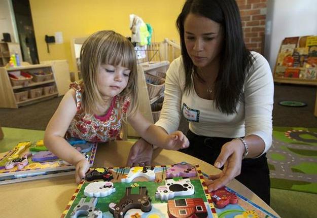 Az a nő, aki a gyerekszülés után dolgozni szeretne, többnyire babysittert, vagy au pair-t alkalmaz