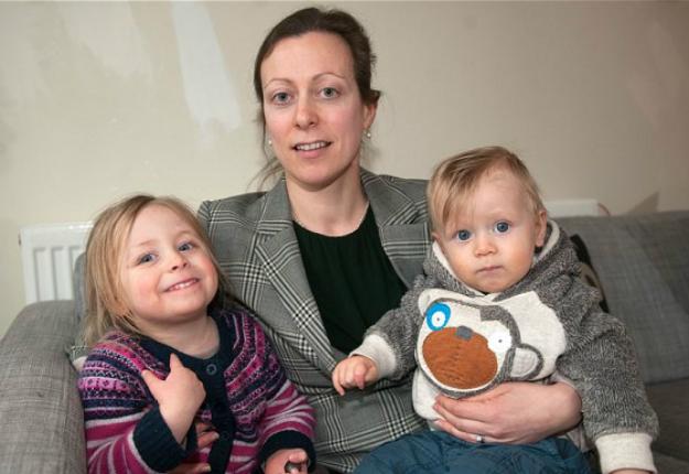 A brit ügyvédnő feladta üyvédi állását, hogy otthon maradhasson két gyermekével