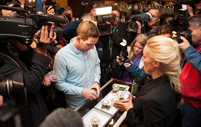 Sean Azzariti, iraki háborús veterán marihuánát vásárol elsőként egy Coloradói boltban, január 1-én