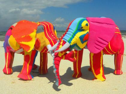 Vibrálóan színes elefántok flipflopokból