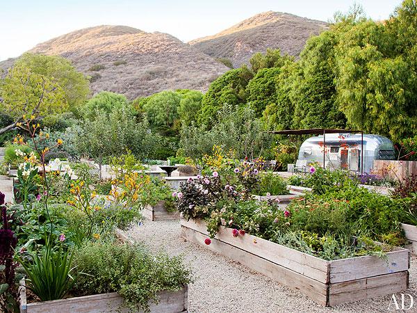 A csodálatos kert és a sorozatbeli lakókocsi