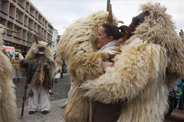 Fotó: Mohácsi busók a Dorottya Farsangi Napok jelmezes felvonulásán a kaposvári Kossuth téren 2014. február 8-án. MTI Fotó: Varga György