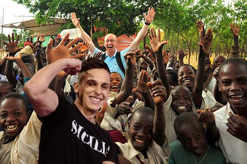 Aurelio gyerekeken segítene