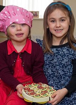 Ikertestvérét utánozva tanul a Down-kóros kislány