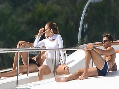 Egyszerre két pasival nyomja Jennifer Lopez - fotó