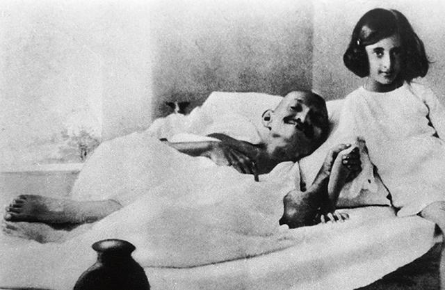 Mahatma (Nagy Lélek) Gandhi: Indira életének és tudatának talán legfontosabb formálója