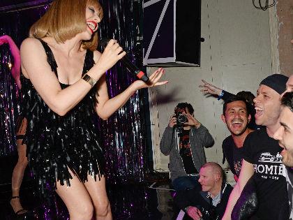 Kylie Minogue új frizurával és alul semmiben pózol