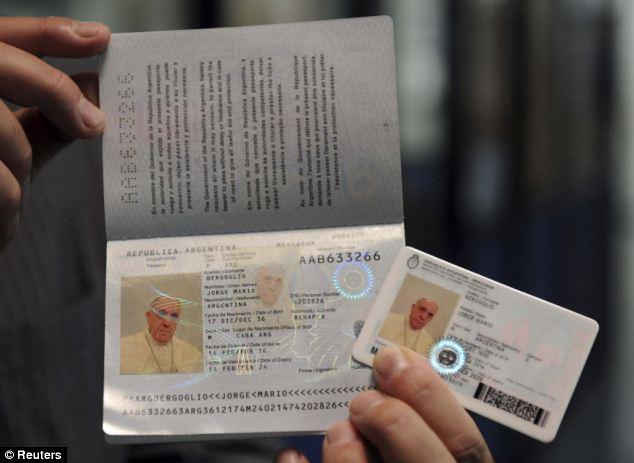 Így néz ki Ferenc pápa személyi igazolványa és útlevele