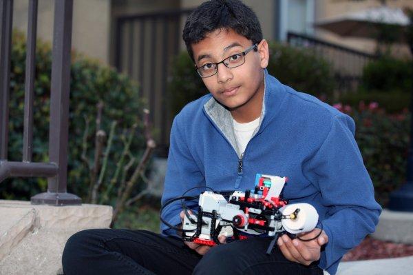 Egy kisfiú projektje: Braille-nyomtató legóból