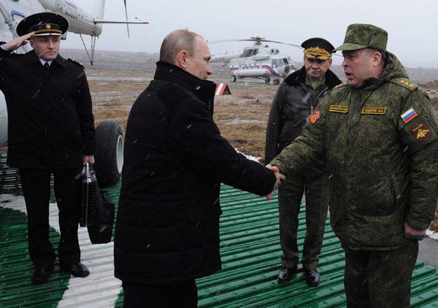 Vlagyimir Putyin orosz elnököt (b2) Anatolij Szidorov tábornok, a nyugati katonai körzet parancsnoka (j) köszönti Szentpétervár közelében, ahova hadgyakorlat megtekintésére érkezett, Fotó: MTI/EPA/RIA