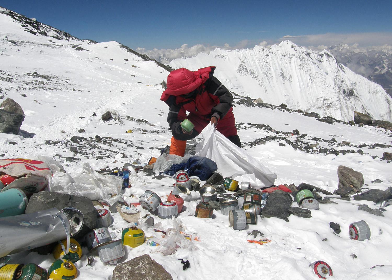 Szemetet szednek a Mount Everesten a hegymászók