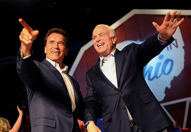 Arnold Schwarzenegger és John McCaine