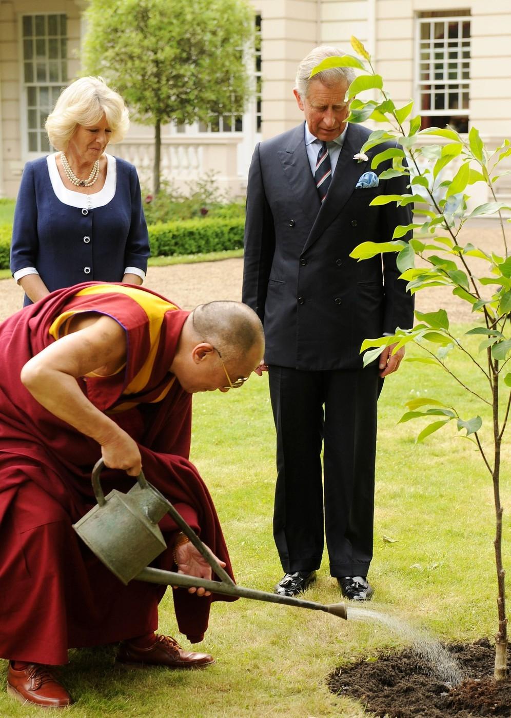 Károly herceg és Camilla fát ültetnek a Dalai Lámával a londoni kertjükben, ahol néhány évvel ezelőttig Harry és Vilmos is lakott