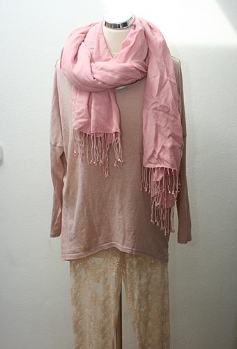 Topshop top – Háda, Exhibit csipke legging – Angex, Rózsaszín gyapjú sál – Háda