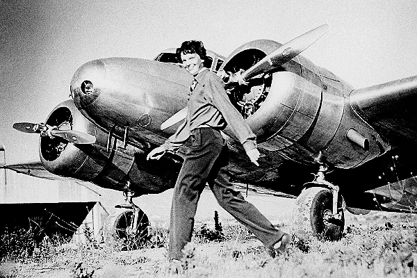 Amelia a repülőgép előtt, amellyel aztán később eltűnt. Forrás: Wikipédia