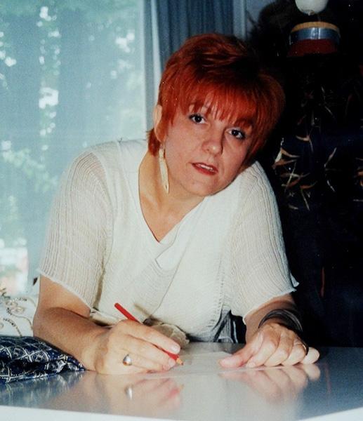 A rendőrségnek és a Diornak varrt, most kézzel festi a saját ruháit