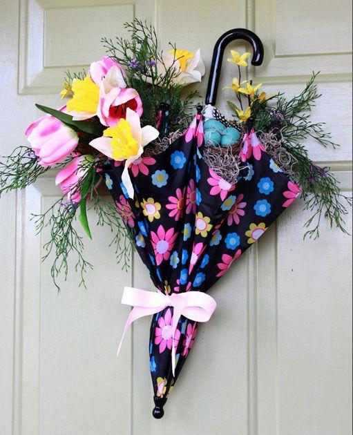 Koszorú helyett: tavaszi ajtódísz esernyőből