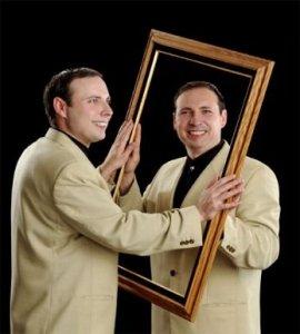 Vicces képek ikrekről - mintha tükör előtt ülnének