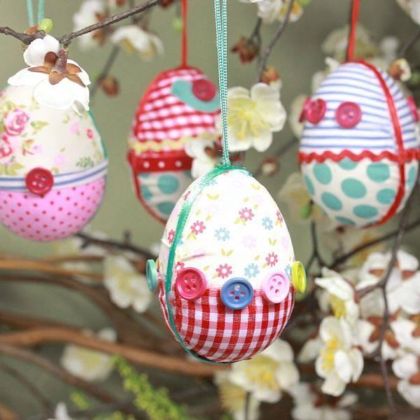 Újrahasznosítás: díszítsd a húsvéti tojást gombokkal!