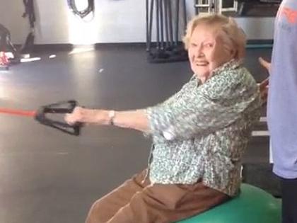97 évesen edzőterembe jár