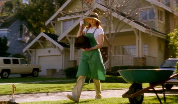 Bree Van De Kamp szalmakalapban és kertészkötényben