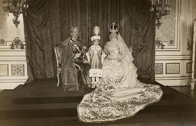 IV. Károly és Zita királyné, középen Ottó herceggel