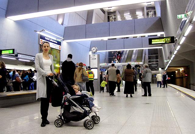 Kipróbáltuk: így járható babakocsival a 4-es metró