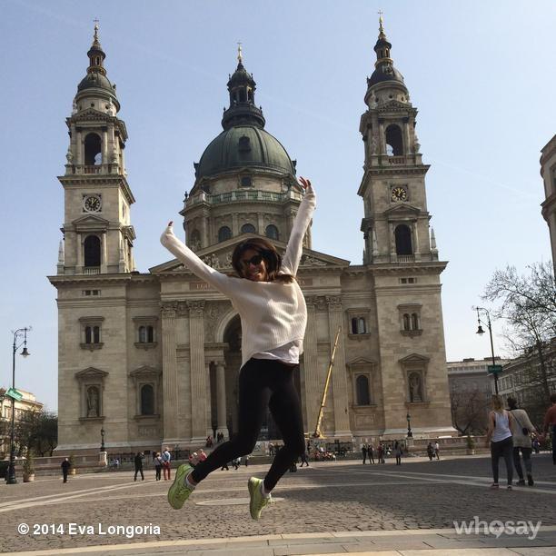 Eva Longoria a Bazilika előtt ugrál - fotó