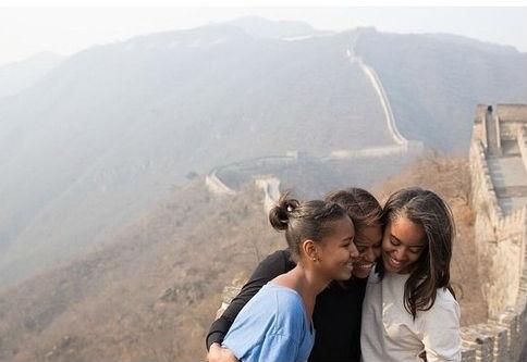 Cuki kép Michelle Obamáról és lányairól