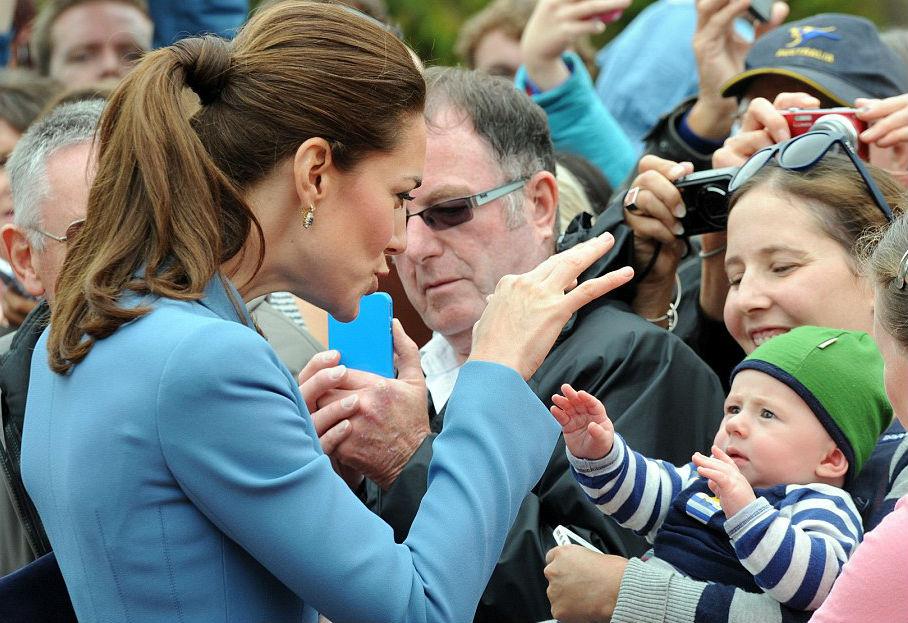 Katalin nem csak a saját fiát babusgatja