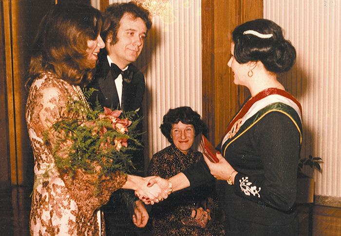 Rigó Béla író esküvőjén, középen Janikovszky Éva mint tanú