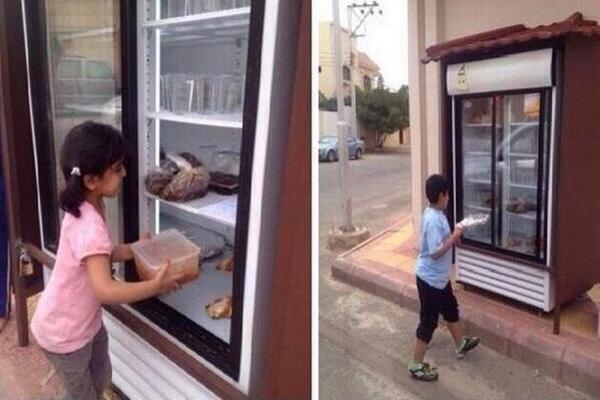 A pazarlás és az éhezés ellen is tesz a jótékonysági hűtő