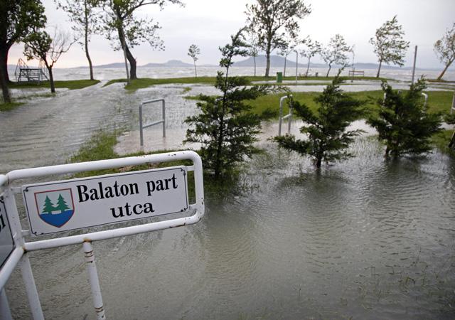 Víz alatt álló utca Balatonfenyvesen - Fotó: Varga György / MTI