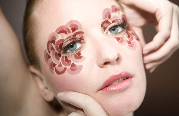 Bőrbetegségéből csinál művészi alkotásokat
