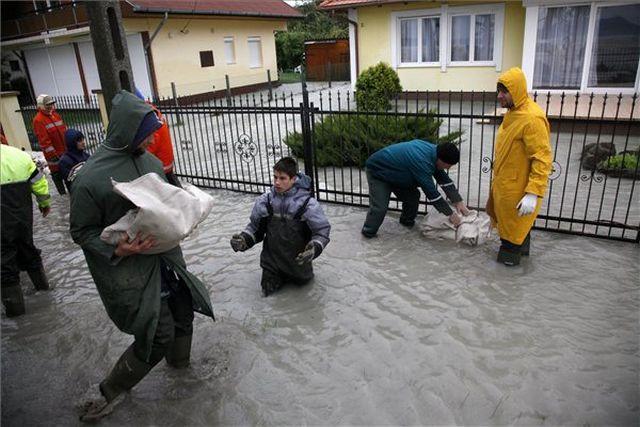 Homokzsákpakolás Fonyódon, csütörtökön  - Fotó: Varga György / MTI