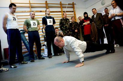 2 évvel ezelőtt Simicskó István, a HM parlamenti államtitkára mutatta meg a leendő önkénteseknek, milyen a tökéletes fekvőtámasz - Fotó: MTI