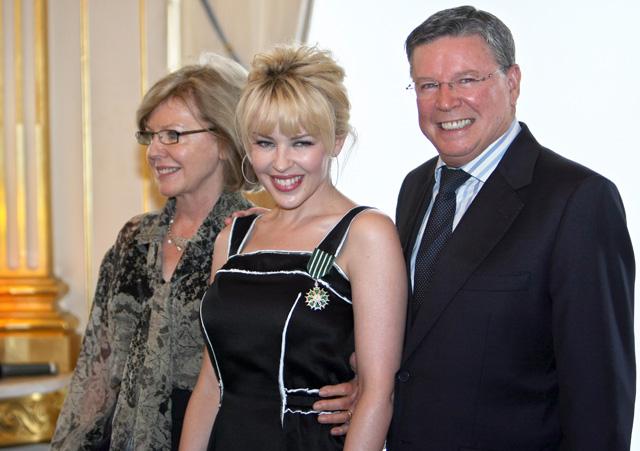 Kylie szüleivel Carollal és Ronnal