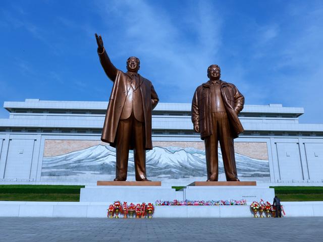 Kim Ir Szen és Kim Dzsongil szobra