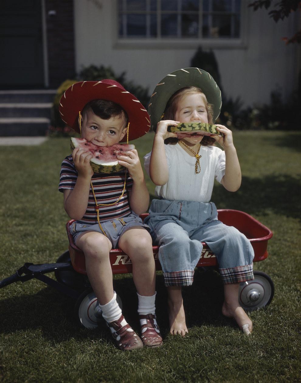 A helyi cowboyok hűsítő görögdinnyét esznek