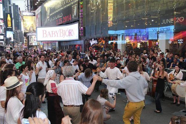 Magyar néptáncos villámcsődület a New York-i Times Square-en