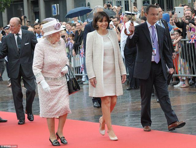 Gyönyörű szép ruhát viselt II. Erzsébet