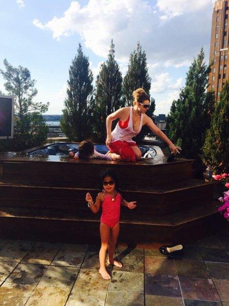 Gyermekeivel strandol Mariah Carey - fotók