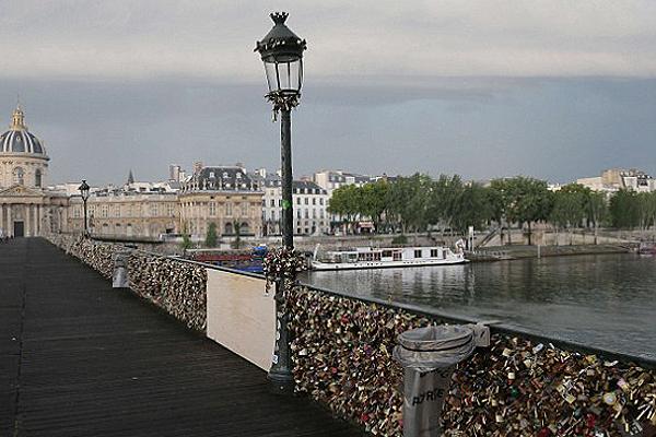 Leszakadt egy darab a szerelmesek hídjából