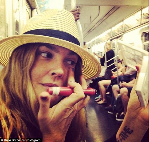 Metrón sminkelt a hollywoodi színésznő