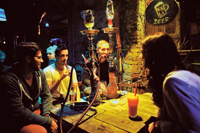 A hamburgi Fabio és csapata vízipipával lazít, mielőtt felfedezné a bulinegyedet