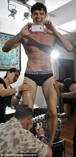 Így púderezik a férfimodellek fenekét a színfalak mögött