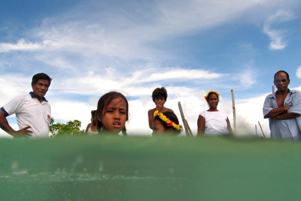 Tebunginako lakosai ácsorognak a vízben azon a helyen, ahol egykor otthonaik álltak (Fotó: Justin Mcmanus/Getty Images)