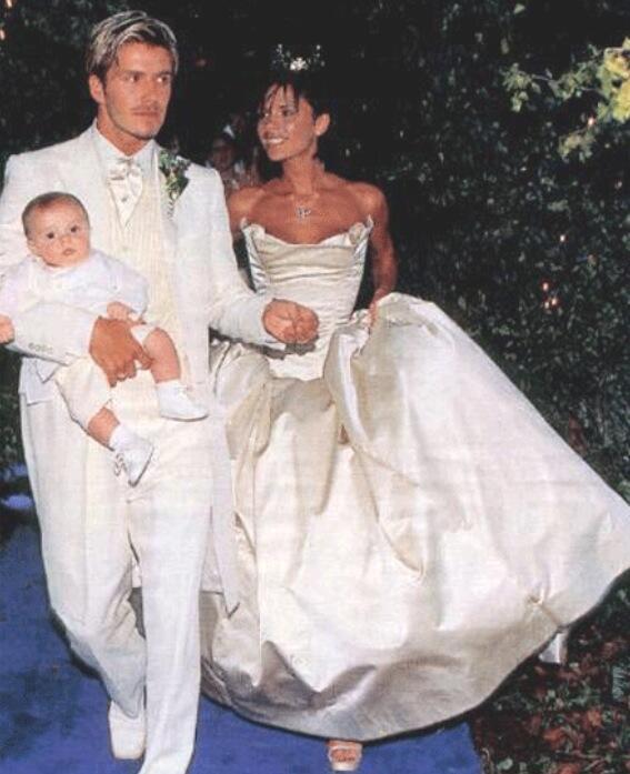 15 éve házasok Beckhamék - eddig nem látott esküvői fotó