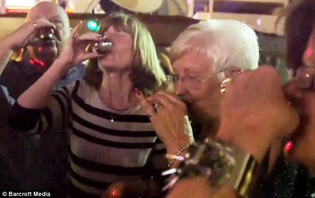 Kőkeményen buliznak a nyaraló nyugdíjasok